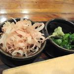 手打古式蕎麦 - 薬味は荒削りの鰹節・ワケギ・山葵