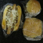 アユート・ウチヤマ - ハンバーガを基準に見ると、他の2つのパンの大きさがわかるかな?
