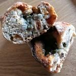 17421783 - イチジクチーズ、カンパーニュの生地にイチジク、ブルーチーズ、ハチミツが入ってます。