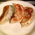 俣野也 - 鉄板焼き餃子を自分で焼いたところです。