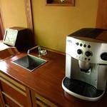 山みず木 - 客室には豆をセットし炒るコーヒーメーカー。流しの配置も嬉しい。