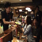 てっぺん 渋谷 男道場 - 料理提供時 *目の前で作った料理にお客様の目もキラキラしちゃいます。いつもよりも美女率200%アップです*