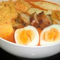 シンガポール料理 梁亜楼 - シンガポールラクサはランチで人気料理です。もちろん釜で焼き上げたハニーチャーシュー入り
