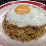 シンガポール料理 梁亜楼 - ナシゴレン。インドネシアは甘辛いですよね。シンガポールのナシゴレンはピリっ辛。