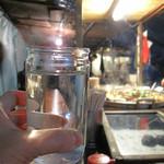 丸和前ラーメン - 冬の屋台と言えば、焼酎のお湯割りではなく、まさかのお冷です(笑)!小倉の屋台には原則お酒を置いていないのだそうです。