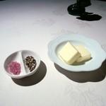 17439380 - 塩と胡椒(調味料の調整は不要だと思います。)バター
