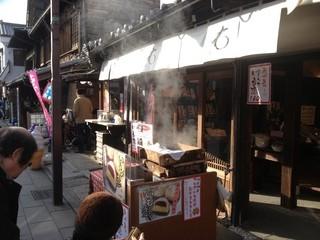 菓匠右門 時の鐘店 - 蒸したてアツアツ