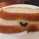 17446718 - パスタランチAコース 1575円 自家製パンのアップ 【 2013年2月 】