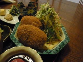四季旬菜 みづほ - おから入りコロッケ。重たくてもてないほどのボリューム。サラダもたっぷり