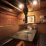 横浜苑 - テーブル席は半個室風