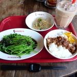 17455511 - 野菜セット(650円、 小550円)魯肉飯、野菜、小皿、ドリンク