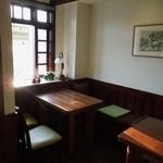 鶴池cafeレンガ館 - 入って左手のテーブル席