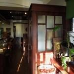 鶴池cafeレンガ館 - カウンターとテーブル席