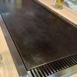 大和や - かなり大きな鉄板が各テーブルに。