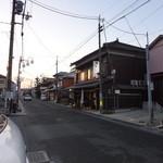 17461181 - この通りは、篠山旧市街の「銀座通り」とも呼べると思います。その通りのほぼ東端にあります。この写真の正面が西です。
