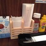 VIBES - テーブルにはバーガー用の紙袋、ケチャップ、マスタードなどがあり