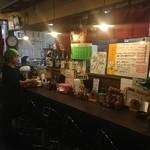 武州うどんあかねandみどりダイニング - 屋台風に作られたカウンターが懐かしさを醸し出します!