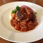 ラキュイエール - 2013年2月22日のランチのメイン「ハンバーグ ジャガ芋のグラタン添え」