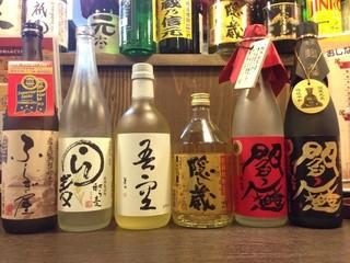 武州うどんあかねandみどりダイニング - (麦焼酎)左から、ふしぎ屋、わら麦、吾空、隠し蔵、閻魔(赤)、閻魔(黒)