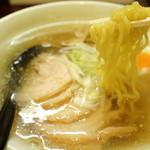麺屋 マルニ - 太目のちぢれ麺です 2013.02
