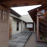 川畑 - 【2012年8月】門をくぐって石畳を歩いて行くと入口