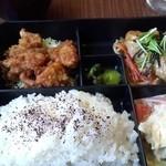丸味亭 - 日替わり定食(鶏の唐揚げとミニハンバーグ)