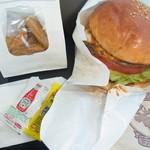 ムースヒルズバーガー - おしぼり、ナプキン、ポテト用のケチャップ・マスタードがついてきます。