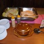 炭火焼肉 金城 - 野菜採り放題コーナー 鍋の中に煮込みが!