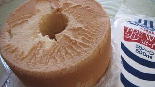 キッチン あとりえ - シフォンケーキ ホール 1800円 +ホイップクリーム330円 これで手作りバースデーケーキをつくる。