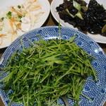 萬盛園 - 右上から時計回りに、木耳サラダ、豆苗炒め、イカとセロリのサラダ