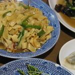 萬盛園 - 左奥:干豆腐の炒め