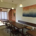 旬家ばんちゃん - テーブル席。壁にかかっているのは、松竹喜生子さん作の八重山上布です。