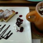 花カフェきゃろっと - ケーキセット(濃厚ベイクドチーズケーキ+チョコラテコンパンナ(ホット)900円 2013/02