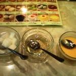 17500419 - 杏仁豆腐、愛玉ゼリー、マンゴープリン。メニューと共に。