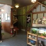 甲寿司 - 建物は新しくは無いが店内は綺麗で清潔感有り