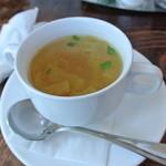 17503357 - チキンコンソメスープ。中には色々な野菜が入ってて美味しかったです。