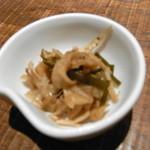 割烹 しらこ - ごぼうのきんぴら(お通し) ぜんぜん油っぽくなくしかもごぼう、しいたけ、えのきなど細かくきざまれた  野菜に貝のひもが入っていて山椒のつぶが味を引きたてていました。