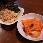 巨牛荘 - 白菜キムチとナムル盛り合わせ