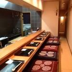 祇園ゆやま - カウンター8席の掘りごたつになっております。