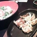 餃子・地鶏・もつ鍋 はかた屋 - 博多鉄板一口餃子二種盛り合わせ