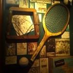 マギーズ - 昔のスポーツの道具が壁に飾ってあります