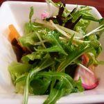 ヴェルドゥーラ - 野菜サラダ・・サラダ自体は普通ですが、ドレッシングが美味しい。