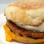 マクドナルド - ソーセージエッグマフィン 焼きたてのイングリッシュマフィンにジューシー&スパイシーなポークパティ、やわらかなたまごとまろやかでクリーミーなチーズ。