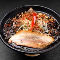 春一家 - 【黒八味噌らーめん 840円】 北海道産のとんこつ、鶏ガラベースの濃厚なスープに、黒い健康8素材を使った特製黒八味噌だれが絶妙にマッチ。