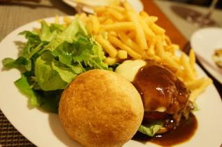 スモールワンダーランド - 鹿肉の炭火焼きバーガー(1400円)