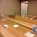 鮨 徳米 - カウンターは6席のみ