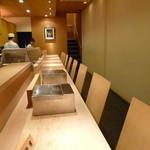 三河すし - 落ち着きのある清潔な店内。カウンターとテーブル席も。