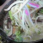 1754014 - ちゃんぽん麺 中麺使用。 ちゃんぽんにしては細い。