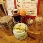 楓々亭 - テーブルの調味料