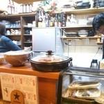 居酒屋「桜」 - マスター(右)とママさん(左)